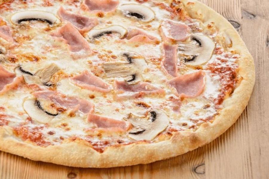 Пицца с грибами, помидорами, ветчиной и сыром
