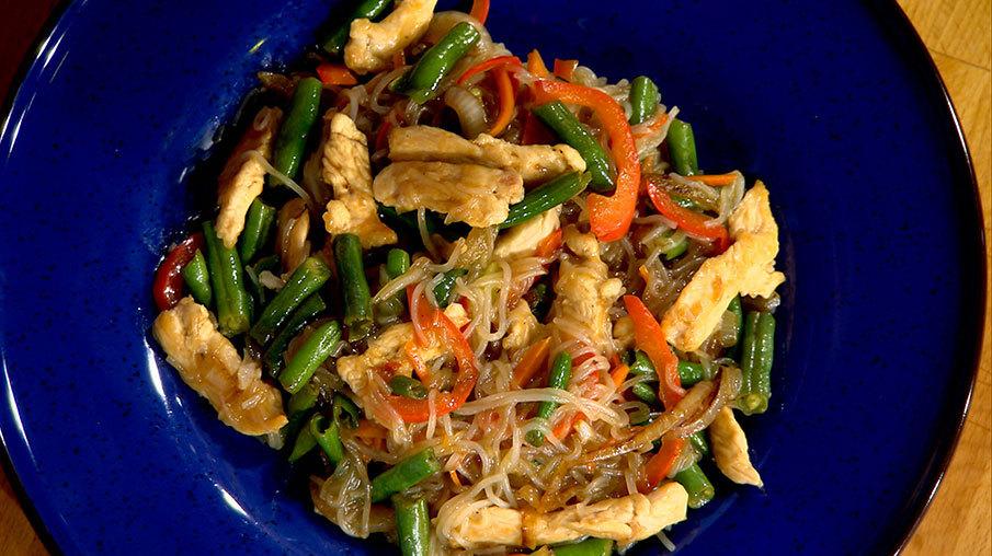 Фунчоза с курицей и овощами на сковороде